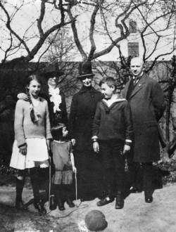 Dans le jardin du 7 Parkstrasse. Jours heureux. Vers 1925.